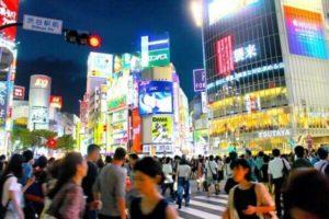 渋谷の夜のスクランブル交差点